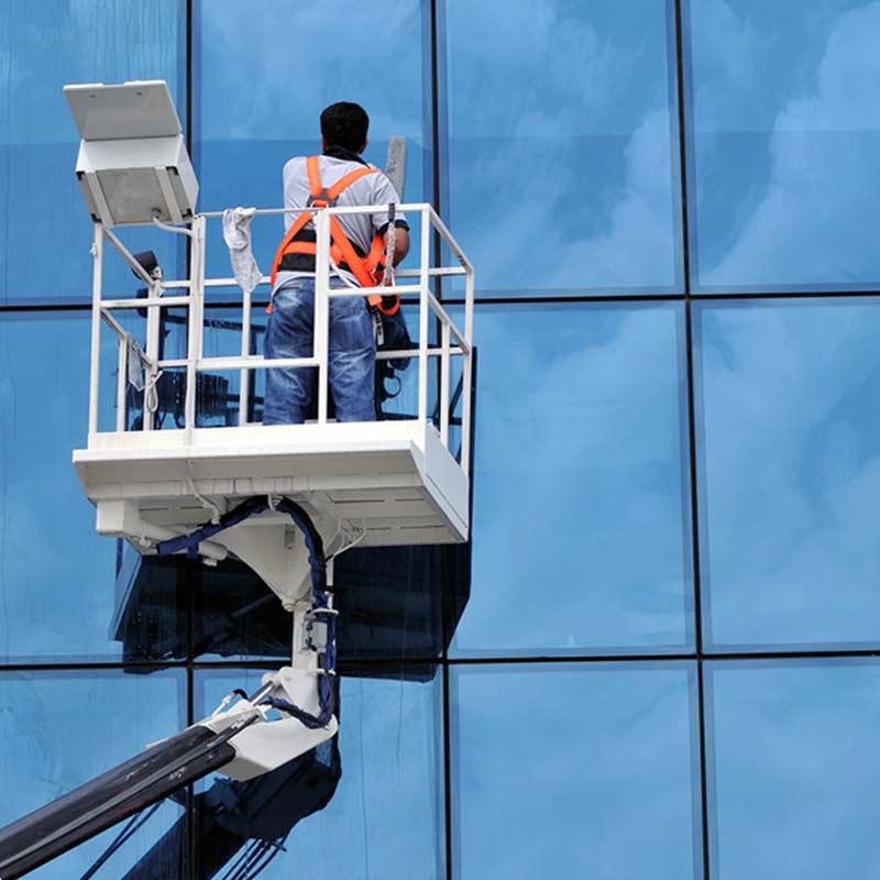 Curăţenie geamuri şi faţade